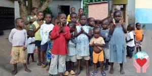 bambini che aspettano le caprette