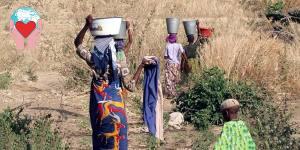 donne portano acqua sulla testa