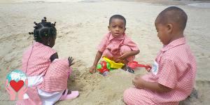 bambini che frequentano la scuola