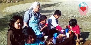 Suor Lucy Molinari con bambini patagonia argentina