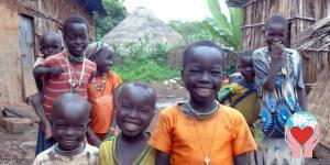 Bambini Gumuz tra baracche in etiopia