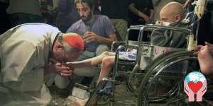 papa Francesco bacia i piedi a un bambino con Aids