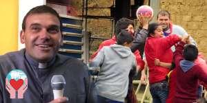 Maurizio Zaninelli tra i bambini poveri del Perù