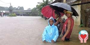 famiglia alluvionata in Madagascar