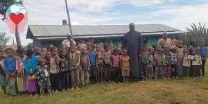 Padre Gebremariam Abraham tra bambini poveri